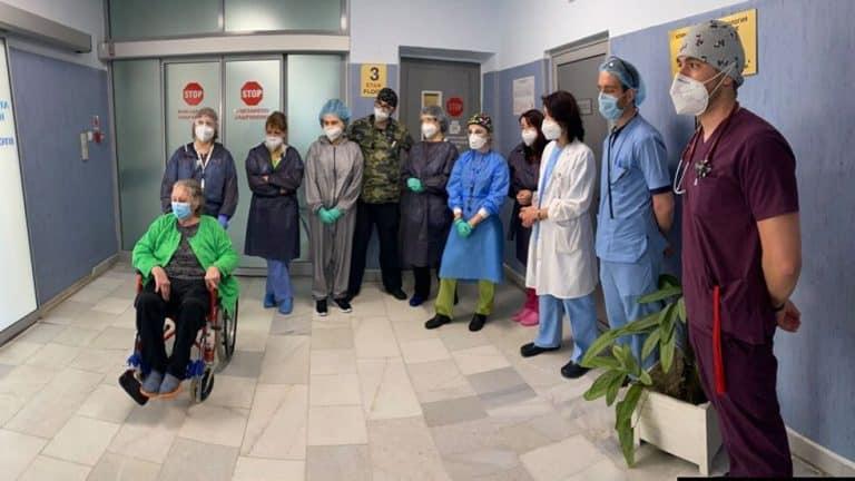 """Лекари от """"Св. Анна"""" спасиха жена с коронавирус след 33 дни на командно дишане"""