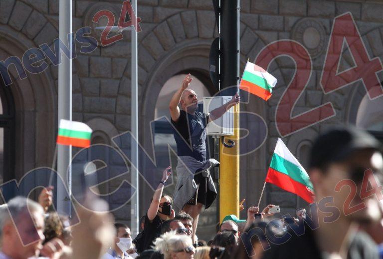 Първо в News24sofia.eu!  Фолк звездите на протест пред МС!