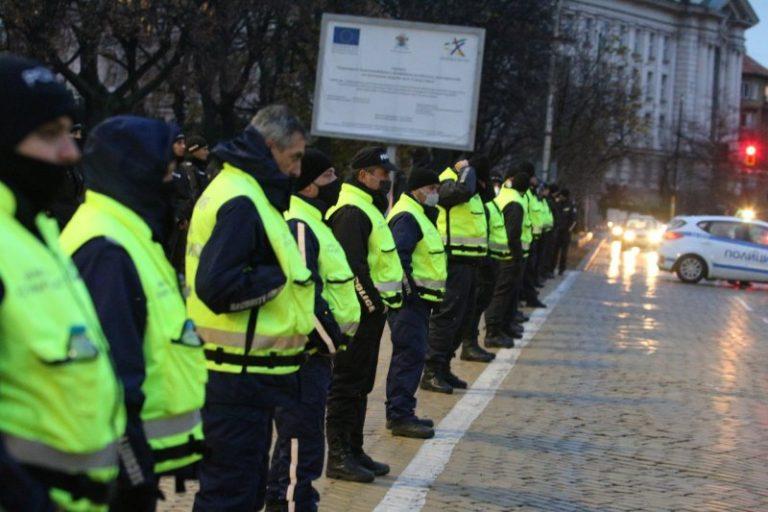НА ЖИВО В NEWS24sofia.eu TV – Ден 136! Протестиращи пред НС зоват: Борисов, долу! Стигна се до сблъсъци (СНИМКИ/ВИДЕО)