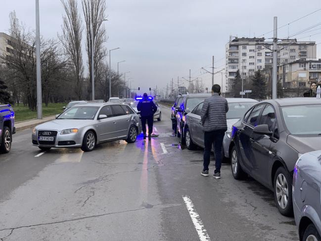 Верижна катастрофа с 6 коли в София (СНИМКИ)