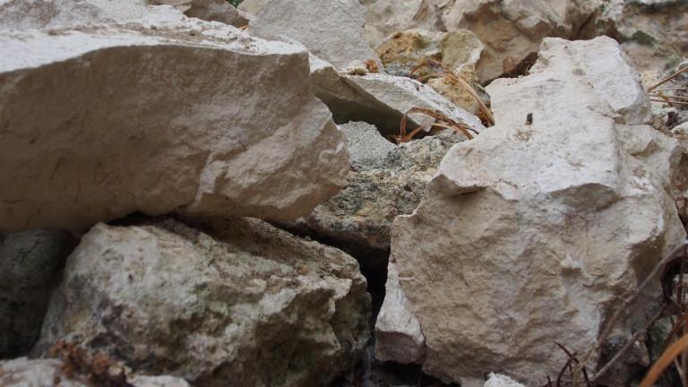 Село под обстрел от камъни заради взривове при строежа на пътя Мездра-Ботевград
