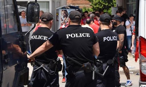 """ПЪРВО В NEWS24sofia.eu! Кърваво меле в кв. """"Орландовци""""! Побеснели роми се млатят с ножове"""