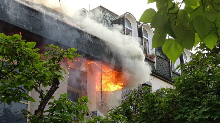 Огнеборци борят голям пожар в Благоевград (СНИМКИ)