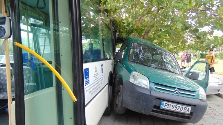 Градски автобус се заби в кола, спряла на пешеходна пътека в Пловдив