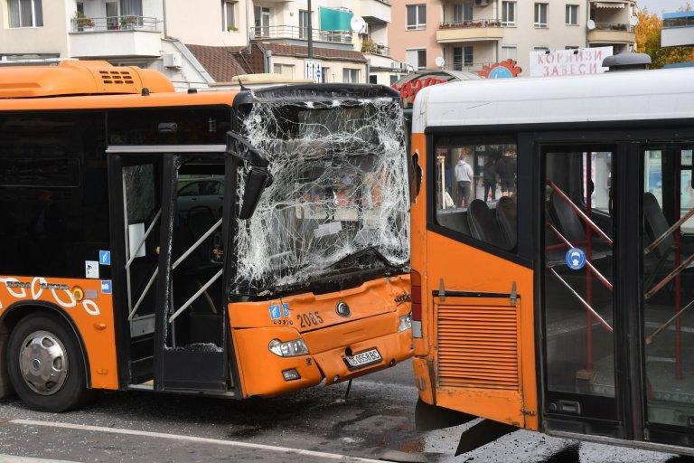 Два автобуса на градския транспорт катастрофираха в София (СНИМКИ/ОБНОВЕНА)