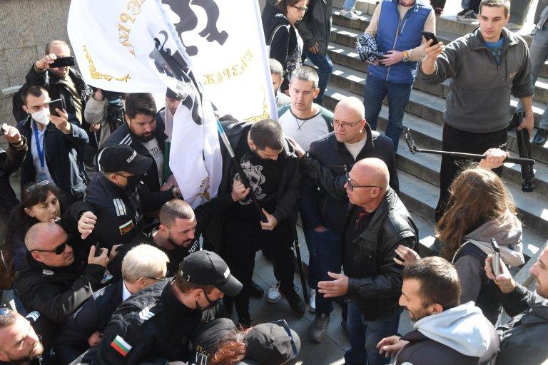 Областният на Бургас се разграничи от своя протестиращ заместник (ВИДЕО)
